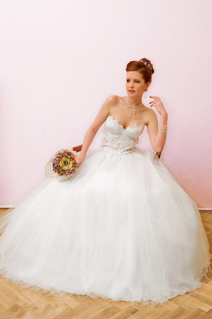 e0e00b36d36 Romantické bílé šaty mají korzet z vyšívané krajky