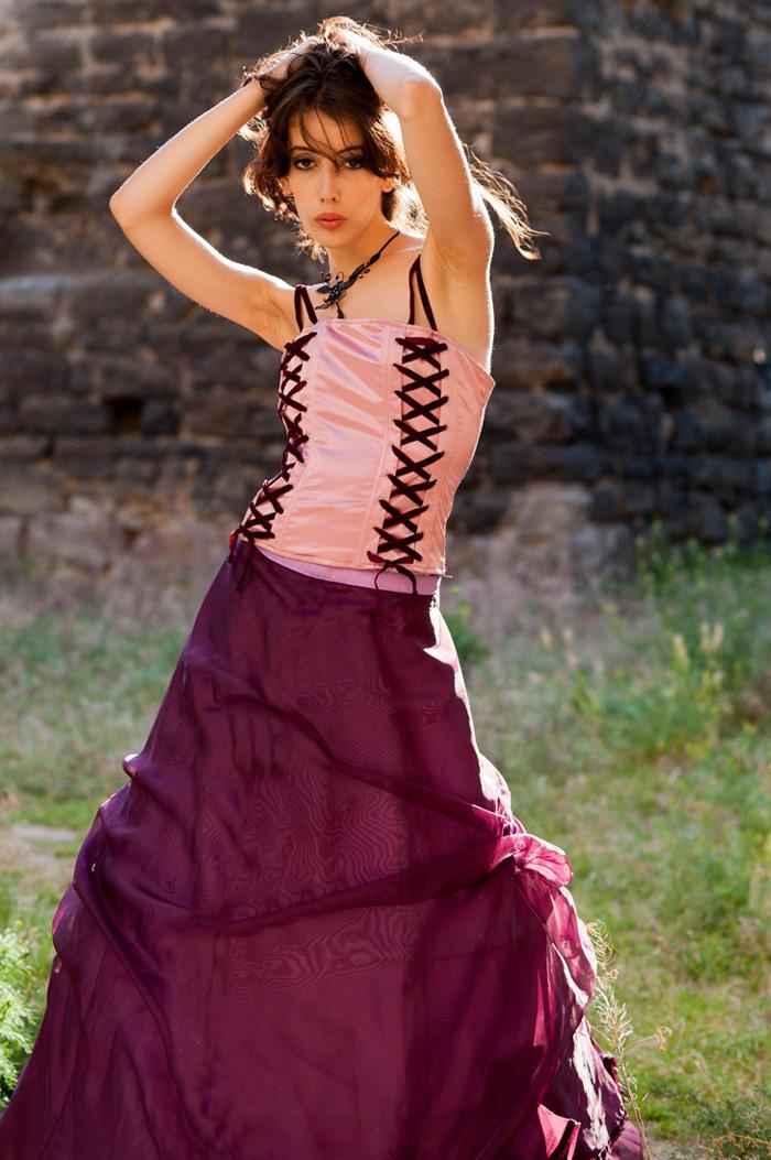 ed69c7f40ff Dvoudílné společenské šaty s růžovým korzetem mají nařasenou sukni. Růžový  korzet má šněrování z vínových sametek