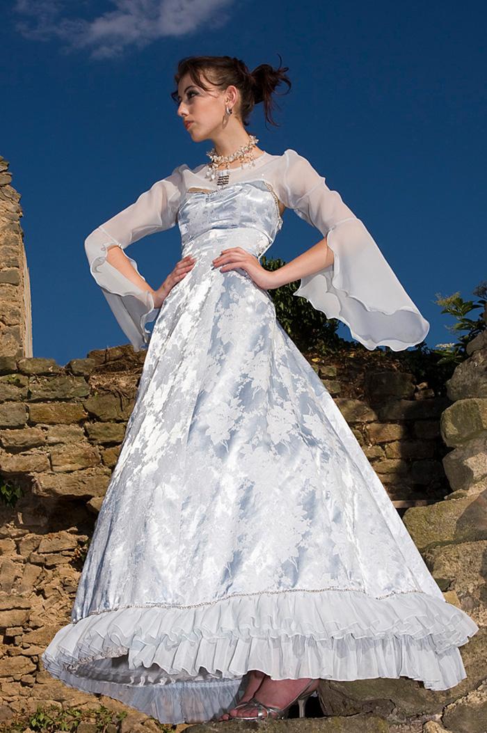 18655bed6cf6 Bleděmodré brokátové šaty se stříbrnými květy